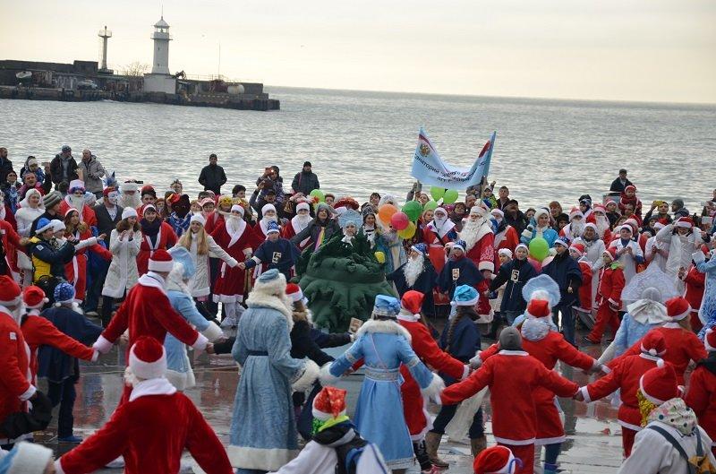 «Мороз-Парад» в Ялте: Три российских рекорда и «вежливый» Дед Мороз на бронемашине (ФОТО, ВИДЕО) (фото) - фото 14