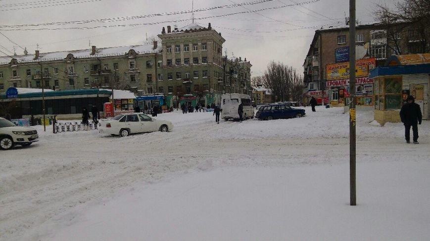Днепродзержинск завалило снегом, техники для его уборки пока не видно (фото) - фото 3