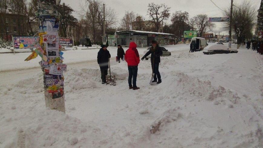Днепродзержинск завалило снегом, техники для его уборки пока не видно (фото) - фото 2