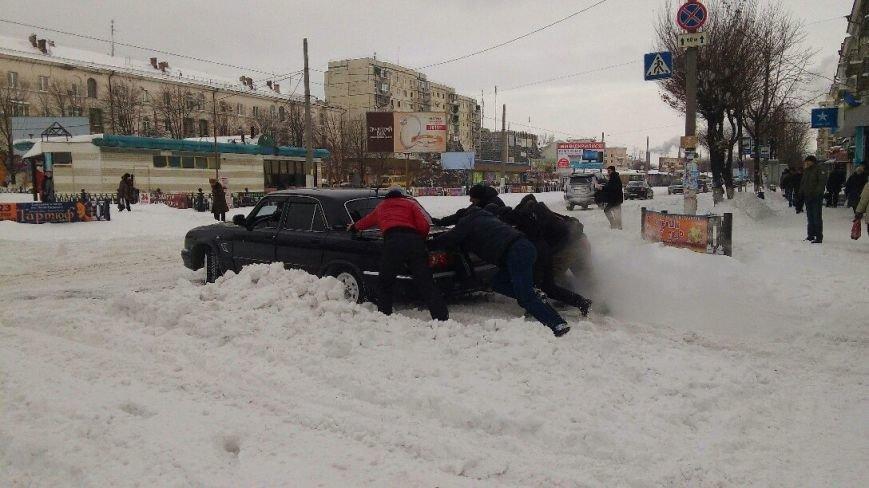 Днепродзержинск завалило снегом, техники для его уборки пока не видно (фото) - фото 7