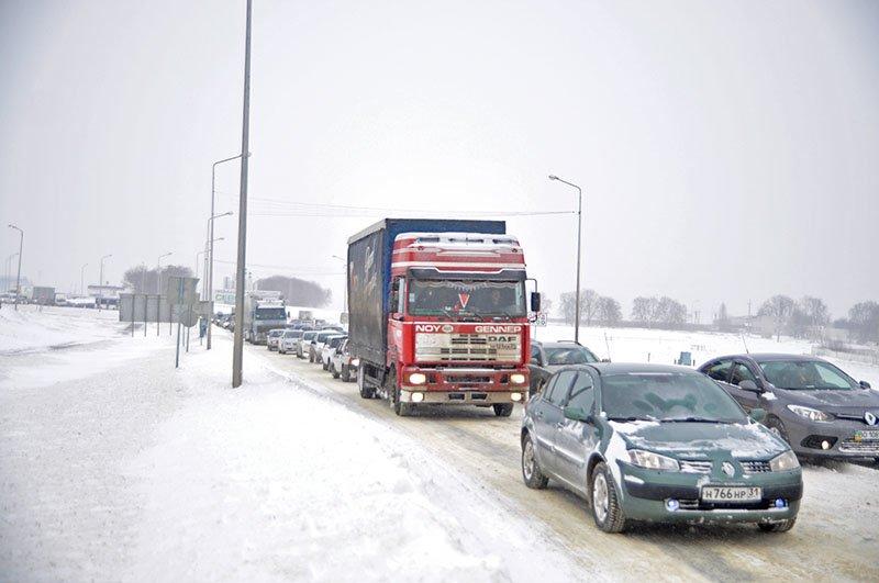 Из-за снежной бури на северном выезде из Белгорода образовался транспортный затор на сотни метров, фото-1