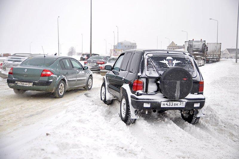 Из-за снежной бури на северном выезде из Белгорода образовался транспортный затор на сотни метров, фото-4