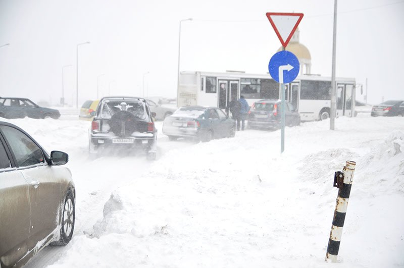 Из-за снежной бури на северном выезде из Белгорода образовался транспортный затор на сотни метров, фото-2