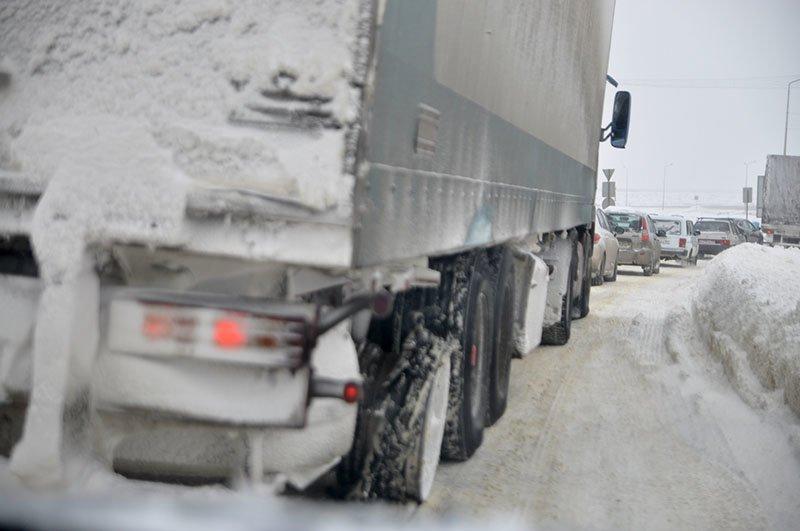Из-за снежной бури на северном выезде из Белгорода образовался транспортный затор на сотни метров, фото-3