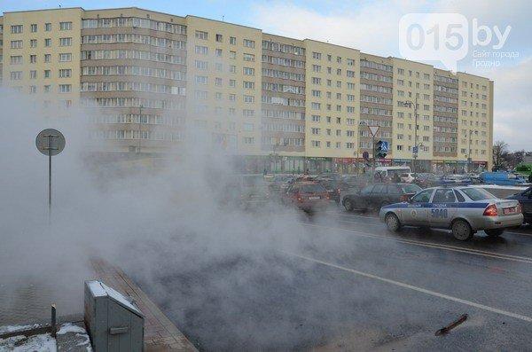 Возле ж/д вокзала прорвало теплотрассу: кипяток заливает дороги и тротуары (Фото, видео) (фото) - фото 5