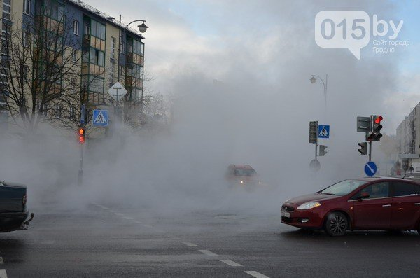 Возле ж/д вокзала прорвало теплотрассу: кипяток заливает дороги и тротуары (Фото, видео) (фото) - фото 6