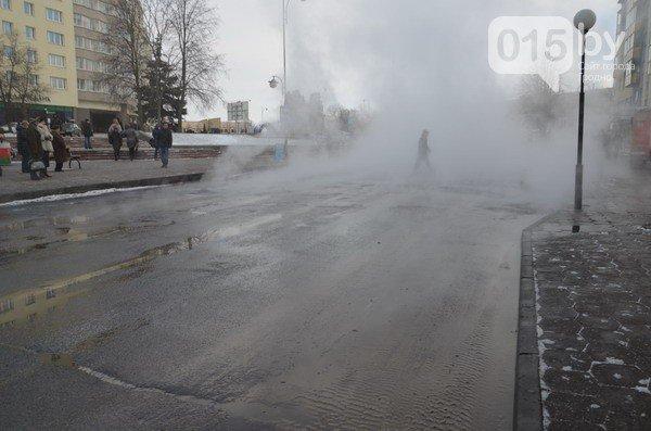 Возле ж/д вокзала прорвало теплотрассу: кипяток заливает дороги и тротуары (Фото, видео) (фото) - фото 11
