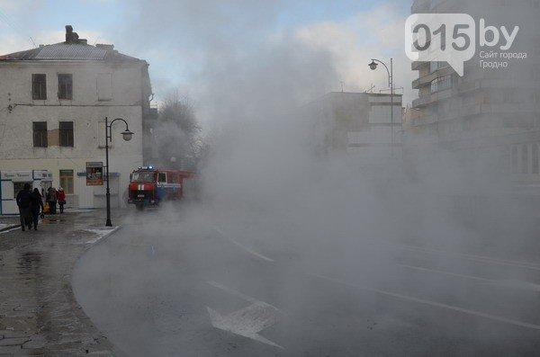 Возле ж/д вокзала прорвало теплотрассу: кипяток заливает дороги и тротуары (Фото, видео) (фото) - фото 10