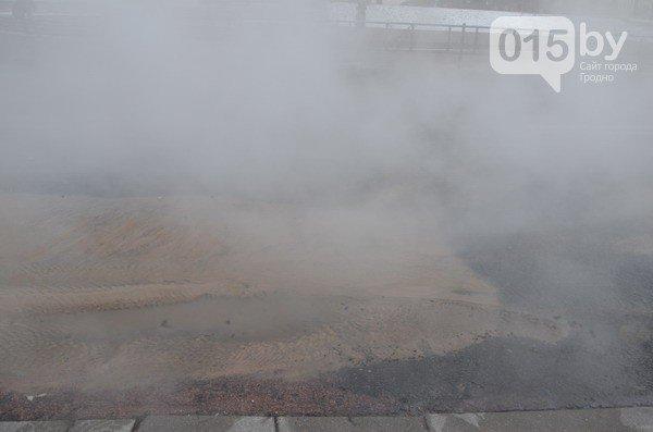 Возле ж/д вокзала прорвало теплотрассу: кипяток заливает дороги и тротуары (Фото, видео) (фото) - фото 12