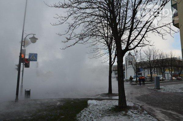 Возле ж/д вокзала прорвало теплотрассу: кипяток заливает дороги и тротуары (Фото, видео) (фото) - фото 4