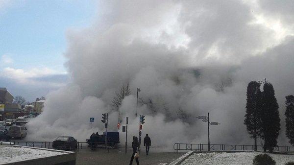 Возле ж/д вокзала прорвало теплотрассу: кипяток заливает дороги и тротуары (Фото, видео) (фото) - фото 13