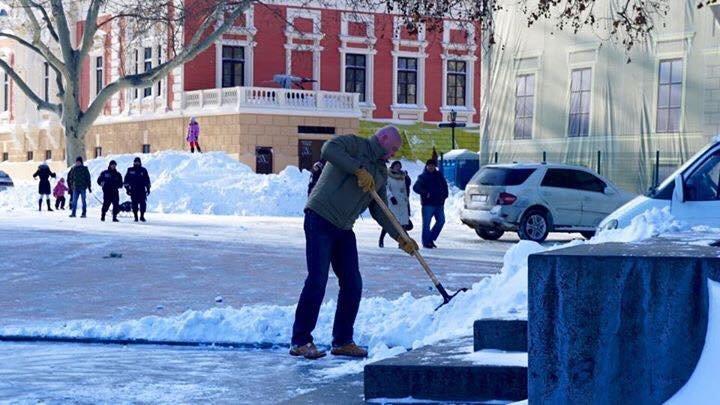 Фотофакт: Мэр Одессы лично расчищает Думскую площадь от снега (фото) - фото 1