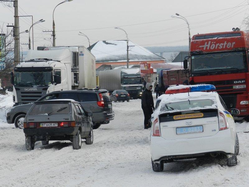 Детально о работе херсонских спасателей на заснеженных дорогах (фото) - фото 1