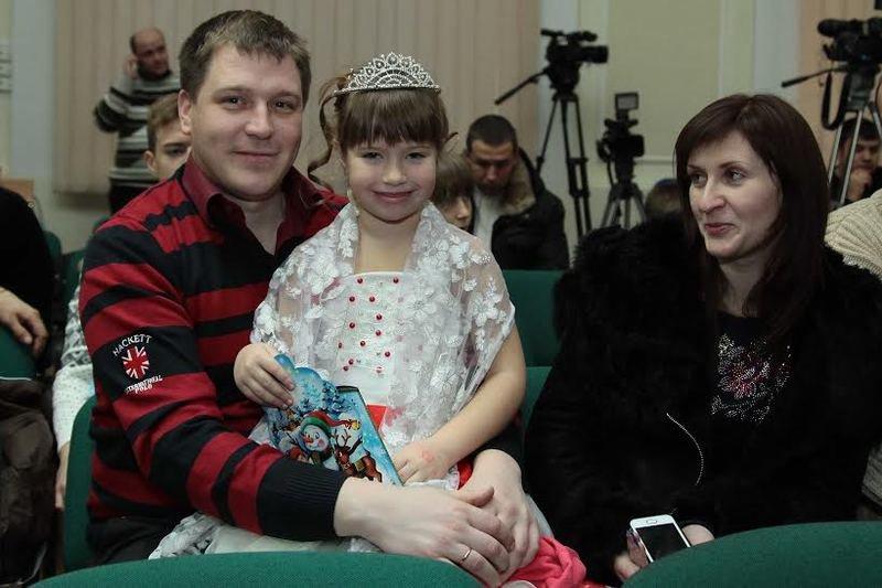 Дети Днепропетровщины, чьи родители служат или погибли в АТО, получили сладости от губернатора Игоря Коломойского (фото) - фото 2