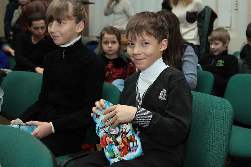Дети Днепропетровщины, чьи родители служат или погибли в АТО, получили сладости от губернатора Игоря Коломойского (фото) - фото 1