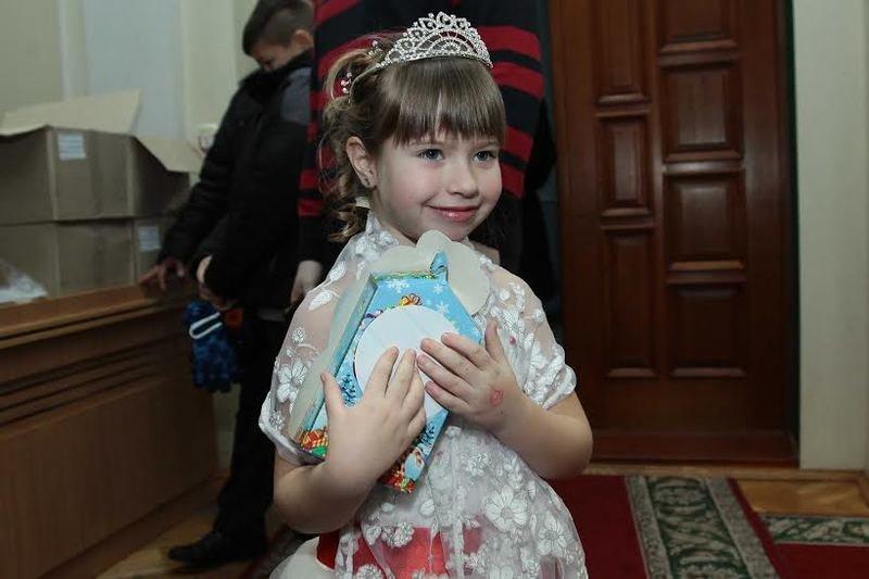 Дети Днепропетровщины, чьи родители служат или погибли в АТО, получили сладкие подарки от Игоря Коломойского (фото) - фото 1