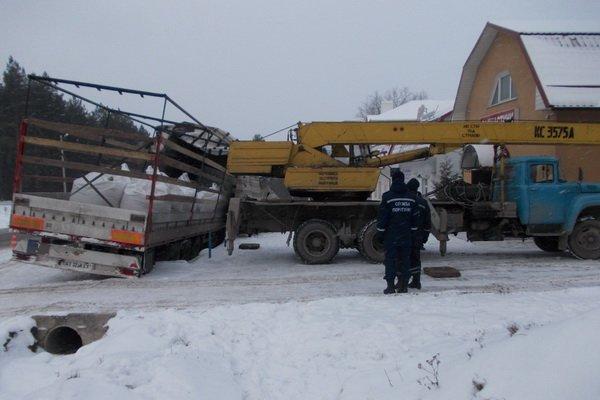 На Тернопільщині рятувальники відкопували вантажівку зі снігу (фото) (фото) - фото 1