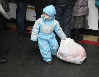 Год милосердия. Кто и как помогал населению Донбасса в уходящем году (фото) - фото 1