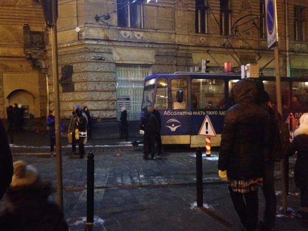 У центрі Львова трамвай не проскочив повз боллард (ФОТО) (фото) - фото 1