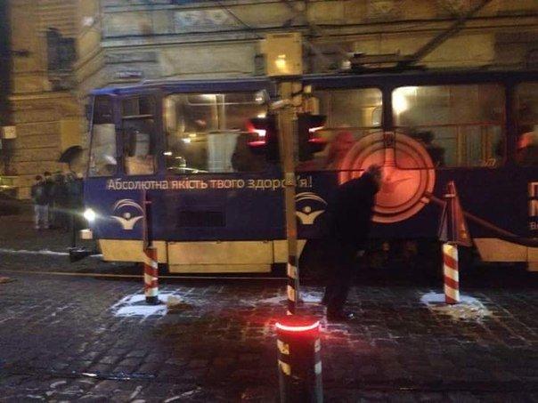 У центрі Львова трамвай не проскочив повз боллард (ФОТО) (фото) - фото 3