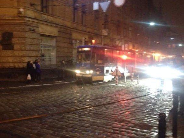 У центрі Львова трамвай не проскочив повз боллард (ФОТО) (фото) - фото 2