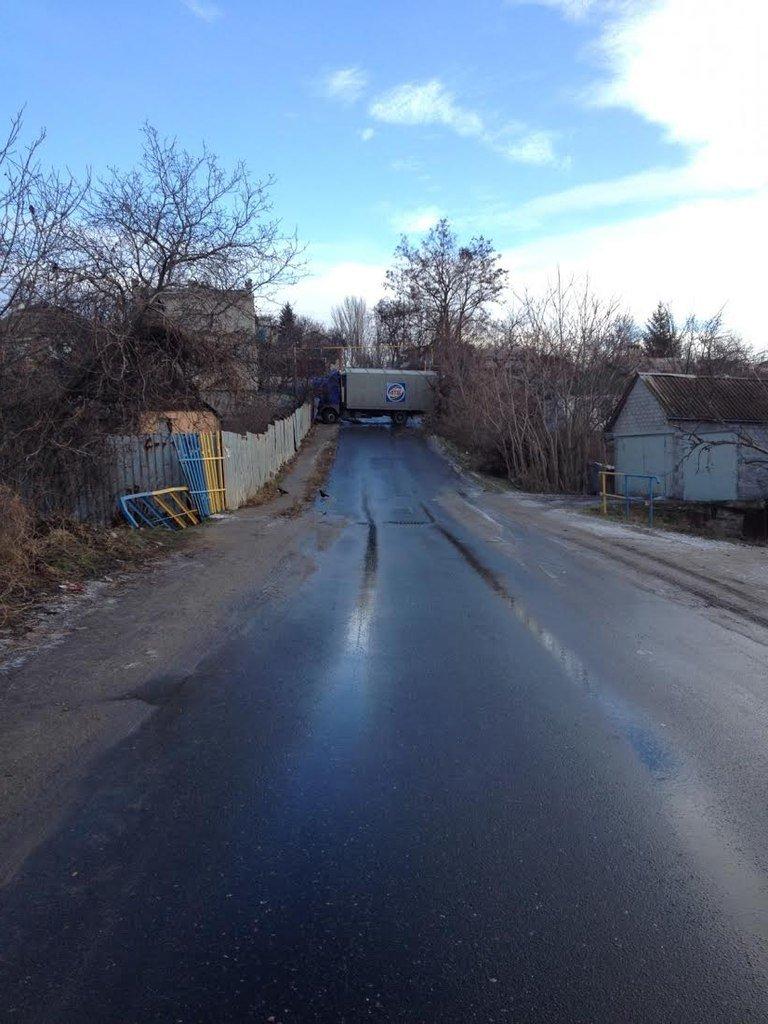 В Мариуполе грузовик «АТБ» заблокировал Зинцевую балку (ФОТОФАКТ) (фото) - фото 1