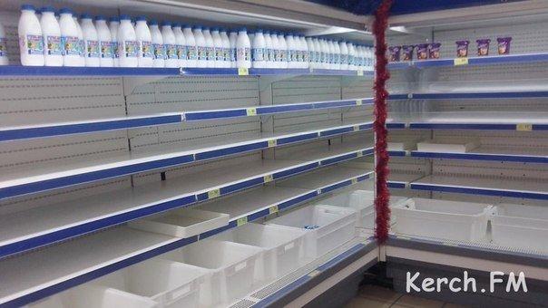 В крымских магазинах дефицит молочки и спиртного. Пустые полки заставляют майонезом и соками (ФОТО) (фото) - фото 2