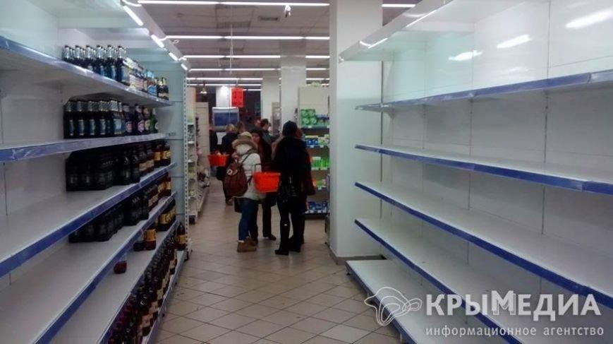 В крымских магазинах дефицит молочки и спиртного. Пустые полки заставляют майонезом и соками (ФОТО) (фото) - фото 1