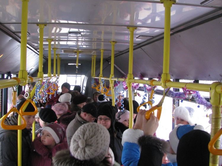 В Сумах Дед Мороз и Снегурочка покатали на троллейбусе 350 детишек (фото) - фото 1