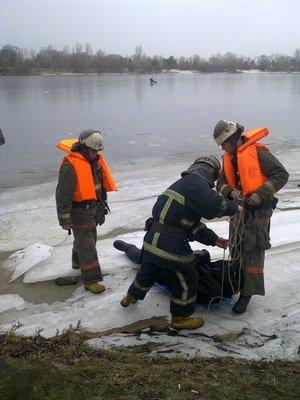 На Оболони мужчина погиб, ударившись головой об лед (ФОТО, ВИДЕО) (фото) - фото 1