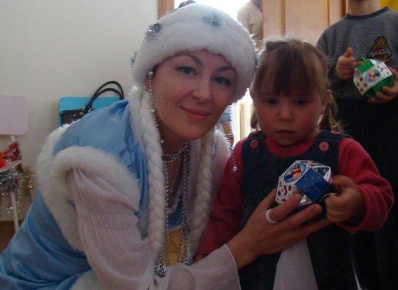 Детей Криворожского туберкулезного санатория поздравила Снегурочка-милиционер (ФОТО) (фото) - фото 1