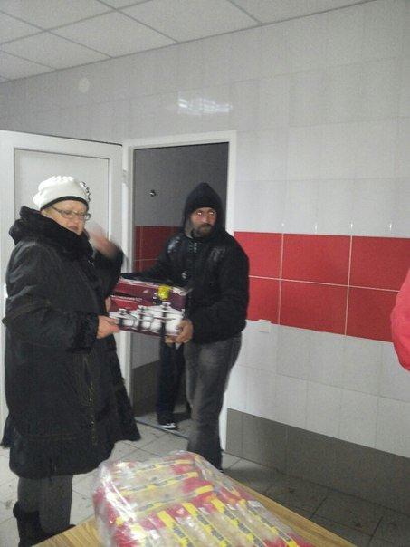 Вчера на городском стадионе раздали гуманитарную помощь (фото), фото-5