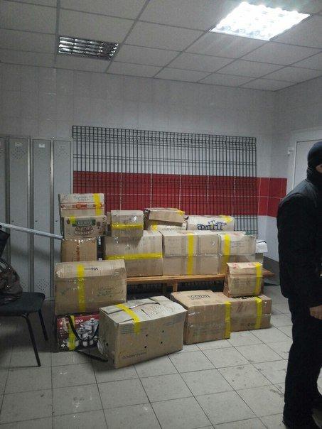 Вчера на городском стадионе раздали гуманитарную помощь (фото), фото-4
