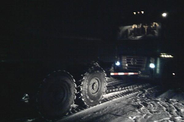 На Тернопільщині вантажівка заблокувала автодорогу (фото) - фото 1