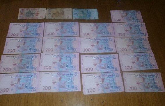 В Красноармейске на вокзале задержали двух местных жителей, которые украли у женщины сумку с деньгами (фото) - фото 2