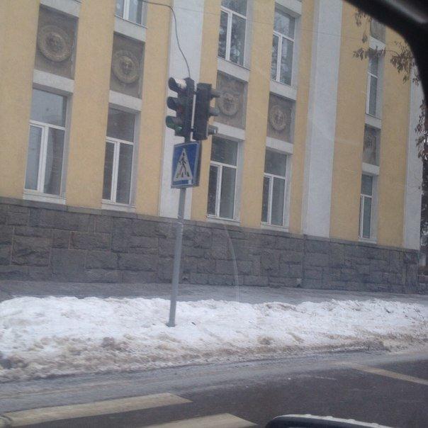 «Горсвет» уже вернул на место ранее украденный светофор (фото) - фото 2