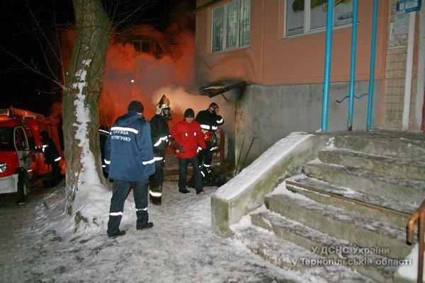 У Тернополі під час пожежі в п'ятиповерхівці врятували 9 мешканців (фото) (фото) - фото 1