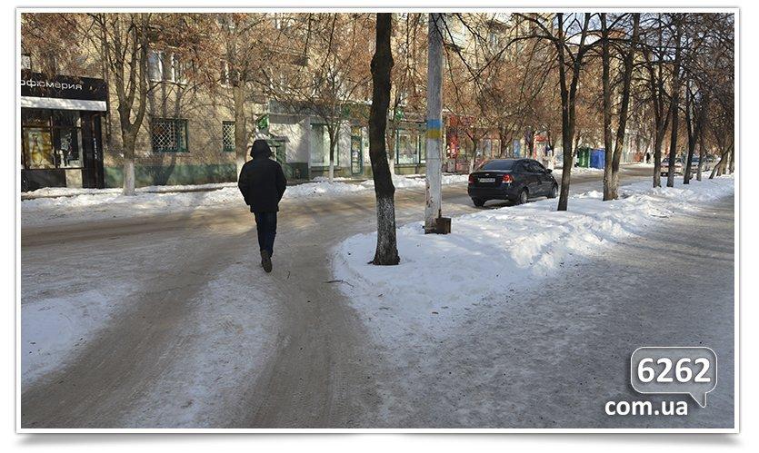 В Славянске тротуар превратился в проезжую часть (фото) - фото 4