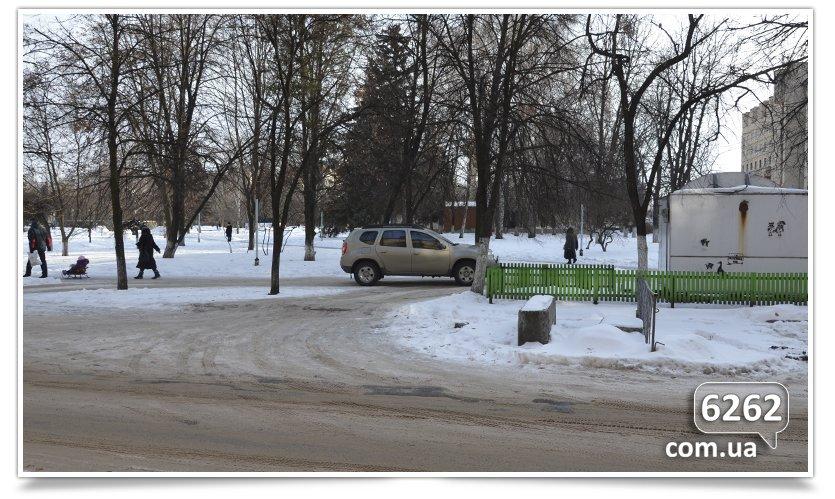 В Славянске тротуар превратился в проезжую часть (фото) - фото 3