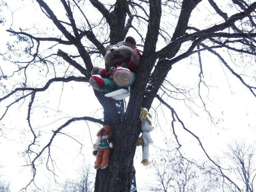 В Мариуполе к Рождеству на деревьях выросли игрушки (ФОТОФАКТ) (фото) - фото 2