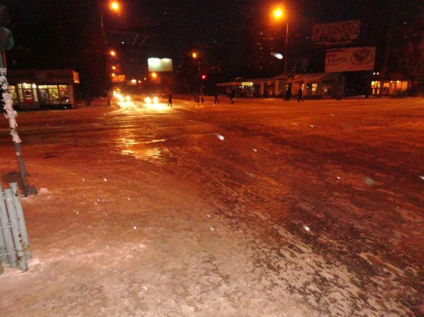 В центре Мариуполя на перекрестке организован каток для водителей - экстремалов (ФОТОФАКТ) (фото) - фото 1