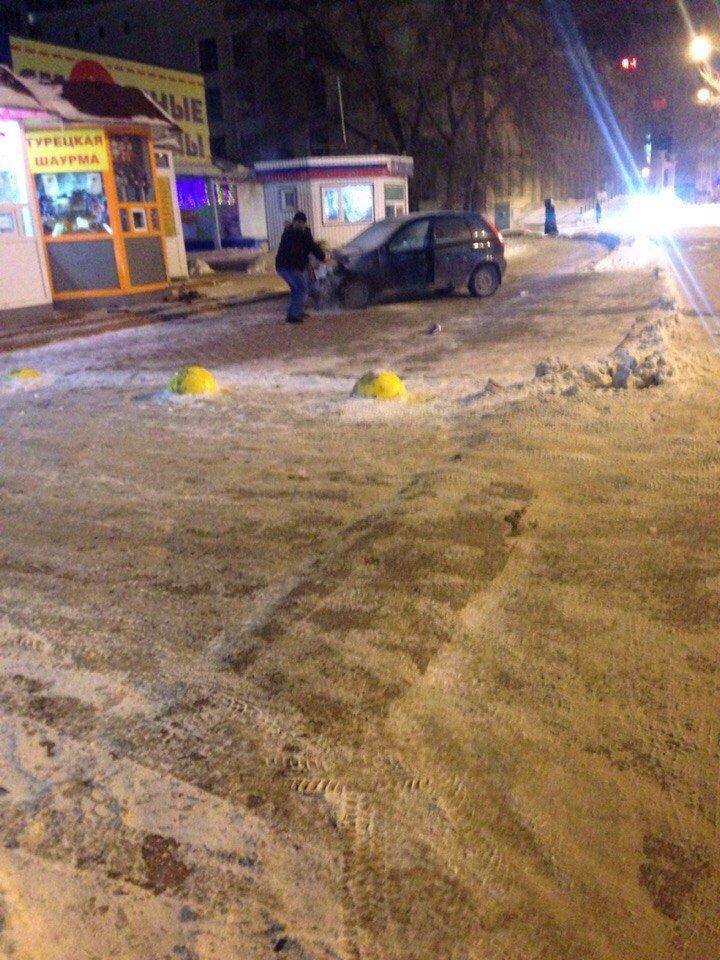 Пьяный ульяновский водитель едва не снес киоск...прямо под носом у полицейских (фото) - фото 1