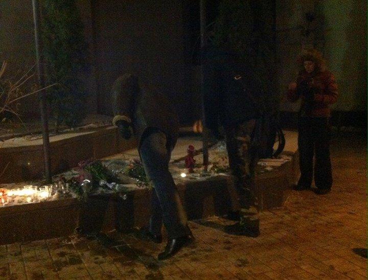 Ночью киевляне приносили цветы к посольству Франции (ФОТО) (фото) - фото 1