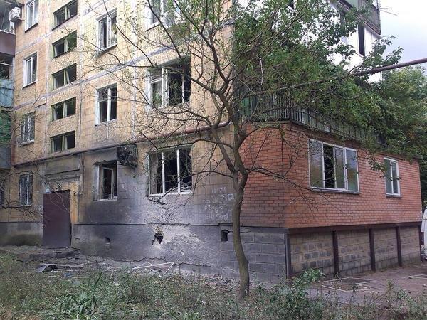 В Донецке снаряд второй раз попал в одну и ту же квартиру - погибла семья (ФОТО) (фото) - фото 1