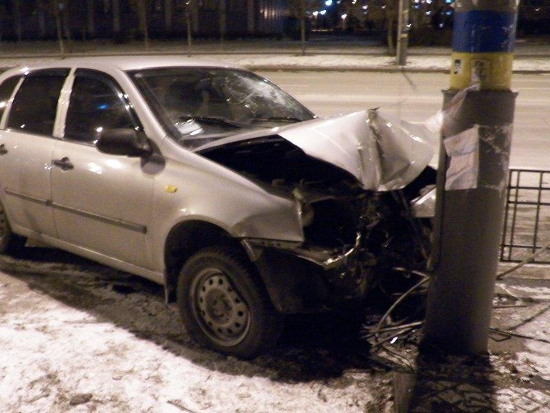 В Киеве пьяный водитель на «Калине» протаранил осветительный столб (ФОТО) (фото) - фото 1