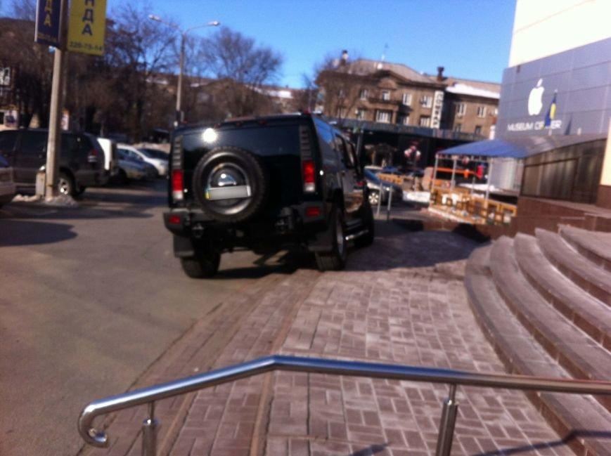 ФОТОФАКТ: В Запорожье водитель внедорожника припарковался прямо на ступеньках торгового центра (фото) - фото 1