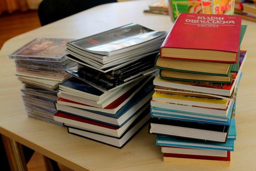 Активисты «ДПР» передали в дар библиотеке города Димитрова украинские книги и диски (фото) - фото 2