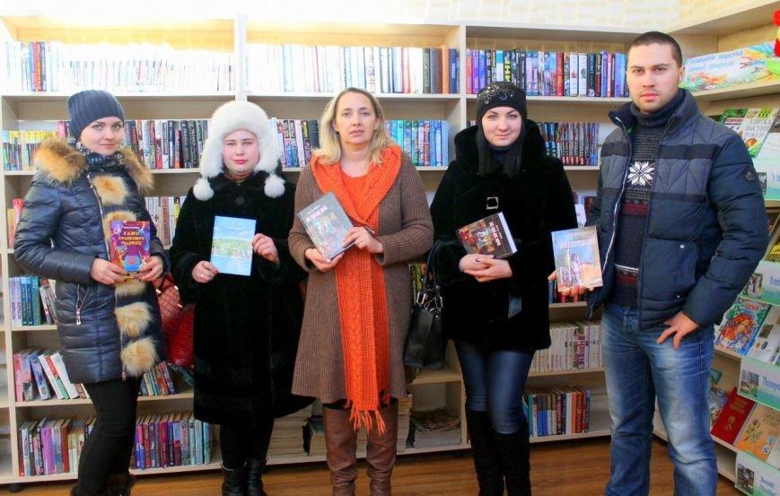 Активисты «ДПР» передали в дар библиотеке города Димитрова украинские книги и диски (фото) - фото 3