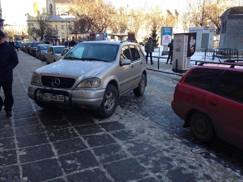 ФОТОФАКТ: у центрі Львова горе-водій припаркувався на тротуарі (фото) - фото 1