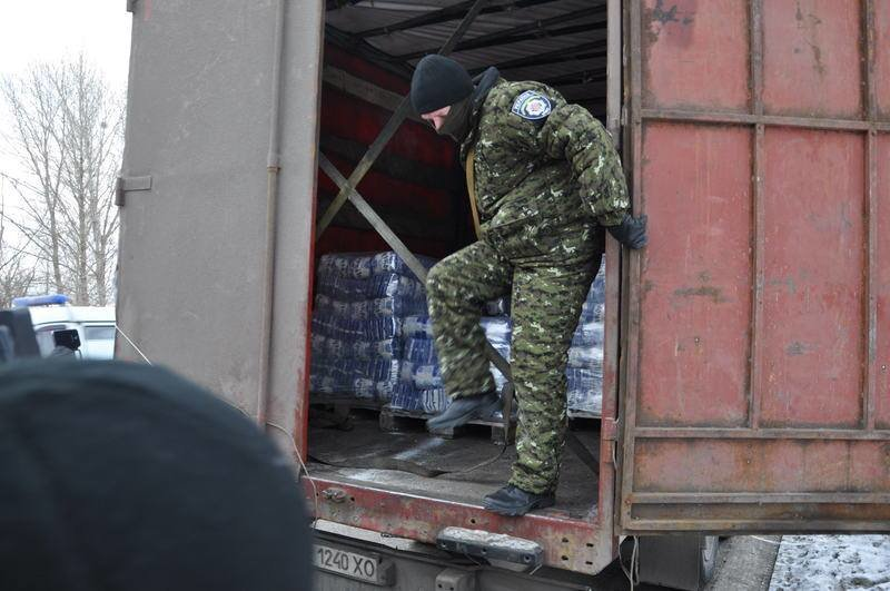 Гуманитарную помощь от Ахметова проверяют бойцы «Днепра-1» (ВИДЕО, ФОТО) (фото) - фото 1